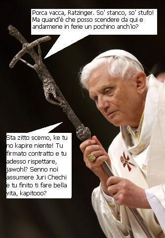 papa ratzinger con crocifisso